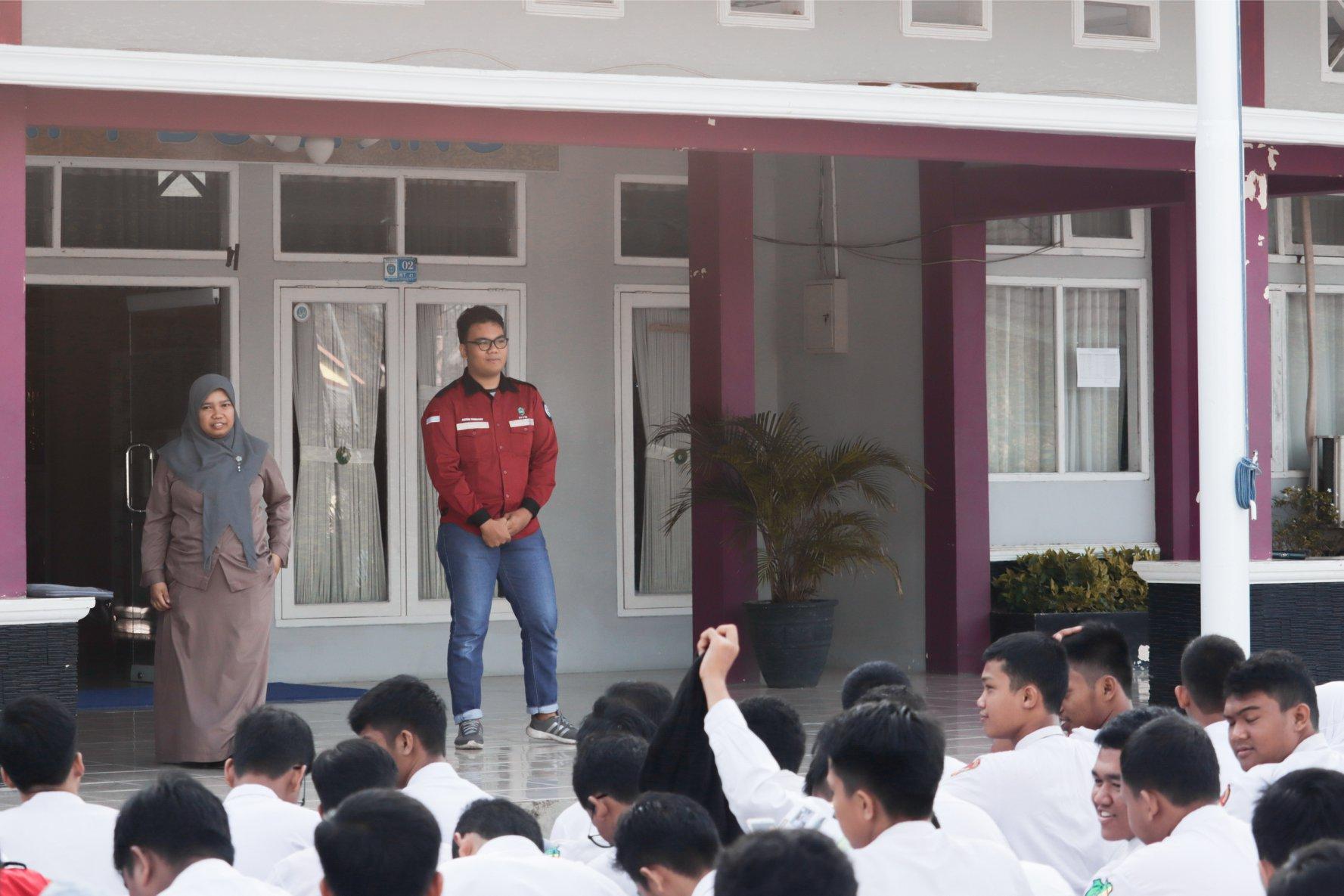 Pemberian materi mengenai profil STTIB Bontang kepada murid Smkn 1 Bontang